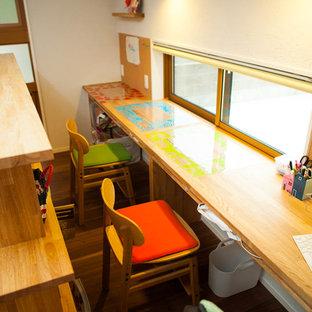 Modelo de dormitorio infantil moderno con paredes multicolor y suelo de madera oscura