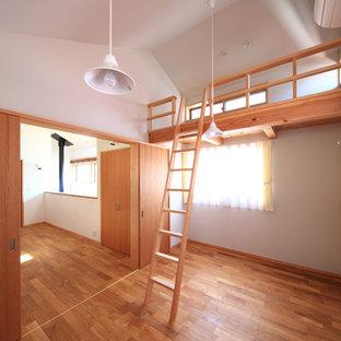 Esempio di una cameretta per bambini da 4 a 10 anni scandinava con pareti bianche, parquet scuro, pavimento marrone e soffitto a volta