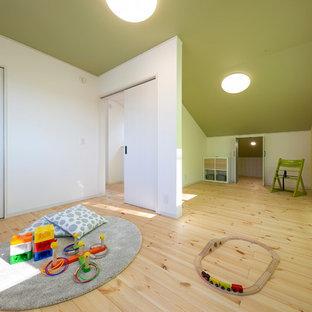 他の地域の小さいモダンスタイルのおしゃれな遊び部屋 (黄色い壁、淡色無垢フローリング、ベージュの床) の写真