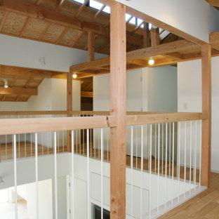 Exempel på ett mellanstort modernt könsneutralt barnrum kombinerat med lekrum och för 4-10-åringar, med vita väggar, plywoodgolv och brunt golv