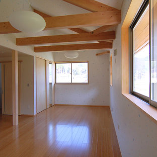 Foto på ett orientaliskt könsneutralt barnrum kombinerat med lekrum och för 4-10-åringar, med flerfärgade väggar, plywoodgolv och beiget golv
