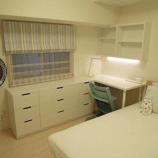 Exemple d'une chambre de fille de 4 à 10 ans scandinave avec un bureau, un mur blanc, un sol en contreplaqué et un sol beige.