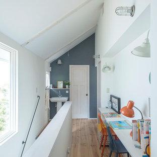 他の地域のトラディショナルスタイルのおしゃれな子供部屋 (白い壁、淡色無垢フローリング、茶色い床) の写真