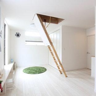 Пример оригинального дизайна: большая детская с игровой в современном стиле с белыми стенами, полом из фанеры, белым полом, потолком с обоями и обоями на стенах для ребенка от 1 до 3 лет, девочки