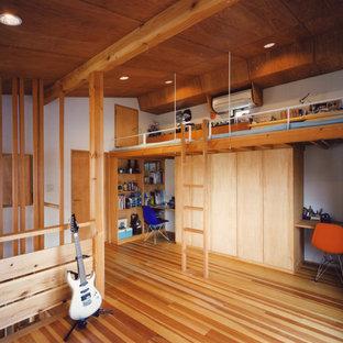 Inspiration för ett orientaliskt barnrum, med vita väggar, mellanmörkt trägolv och brunt golv