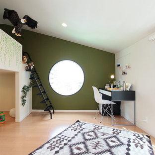 横浜のアジアンスタイルの子供部屋の寝室の画像 (緑の壁、淡色無垢フローリング、ベージュの床)