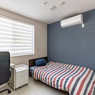 Exempel på ett litet modernt barnrum kombinerat med skrivbord, med blå väggar, plywoodgolv och vitt golv