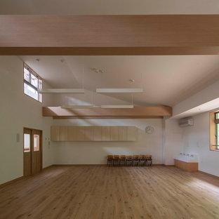 Ispirazione per un'ampia cameretta per bambini da 1 a 3 anni chic con pareti bianche, parquet chiaro, pavimento beige, soffitto in carta da parati e carta da parati