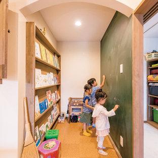 Idées déco pour une chambre d'enfant asiatique avec un sol en liège et un sol marron.