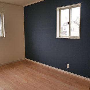 Idées déco pour une chambre d'enfant scandinave de taille moyenne avec un bureau, un mur bleu, un sol en contreplaqué et un sol marron.