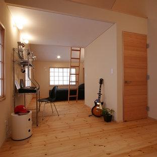 Diseño de dormitorio infantil moderno con paredes beige, suelo de madera en tonos medios y suelo beige