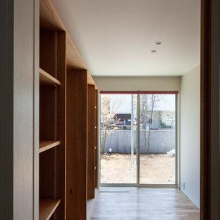 Inspiration för könsneutrala barnrum kombinerat med sovrum och för 4-10-åringar, med vita väggar och mellanmörkt trägolv