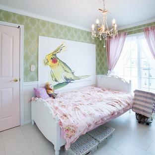 他の地域の小さいトラディショナルスタイルの子供部屋の画像 (緑の壁、合板フローリング、白い床)