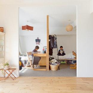 日本 大阪の男の子用北欧スタイルの勉強部屋の写真 (白い壁、児童向け、グレーの床)
