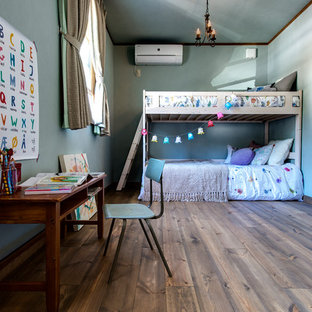 他の地域のおしゃれな子供部屋 (青い壁、濃色無垢フローリング、茶色い床) の写真