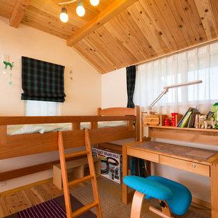 Esempio di una piccola cameretta da bambino stile rurale con pareti bianche, pavimento in legno massello medio e pavimento marrone