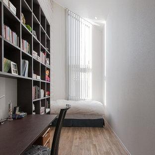 モダンスタイルのおしゃれな子供部屋 (白い壁、無垢フローリング、茶色い床) の写真