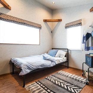 他の地域のカントリー風おしゃれな子供部屋 (白い壁、無垢フローリング、茶色い床) の写真