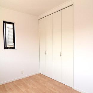 Idéer för ett modernt barnrum, med vita väggar, plywoodgolv och beiget golv