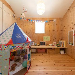 Asiatisk inredning av ett litet flickrum kombinerat med lekrum och för 4-10-åringar, med bruna väggar, mellanmörkt trägolv och brunt golv