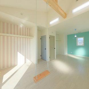 Exemple d'une chambre de fille de 1 à 3 ans scandinave avec un sol en contreplaqué.