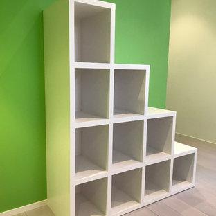 Inspiration för moderna barnrum, med gröna väggar, plywoodgolv och grått golv