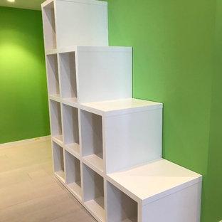 Exempel på ett modernt barnrum, med gröna väggar, plywoodgolv och grått golv