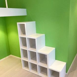 Foto på ett funkis barnrum, med gröna väggar, plywoodgolv och grått golv