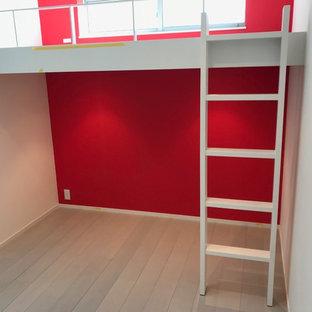 Idéer för att renovera ett funkis barnrum, med röda väggar, plywoodgolv och grått golv