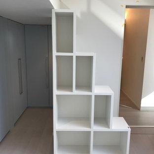 Idéer för funkis barnrum, med vita väggar, plywoodgolv och grått golv