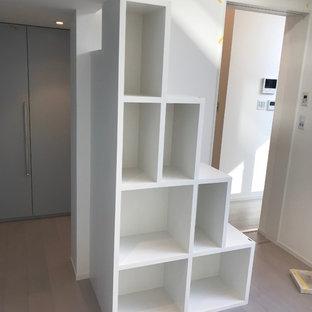 Idéer för ett modernt barnrum, med vita väggar, plywoodgolv och grått golv