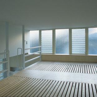 Modelo de dormitorio infantil minimalista con paredes beige, suelo de contrachapado y suelo beige