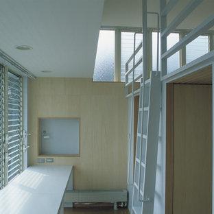 Foto på ett funkis barnrum, med beige väggar, plywoodgolv och beiget golv
