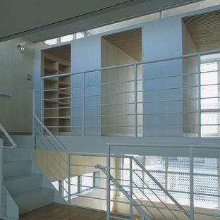 Idéer för ett modernt barnrum, med beige väggar, plywoodgolv och beiget golv
