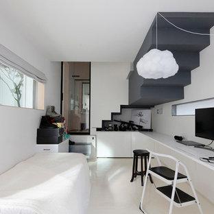 Asiatisk inredning av ett mellanstort barnrum kombinerat med sovrum, med vita väggar, betonggolv och vitt golv