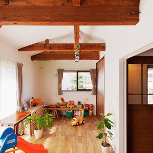 Neutrales Asiatisches Kinderzimmer mit Spielecke, weißer Wandfarbe, braunem Holzboden und braunem Boden in Tokio