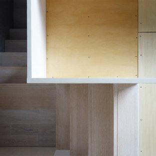 Ejemplo de dormitorio infantil minimalista con escritorio, paredes blancas, suelo de madera clara y suelo blanco