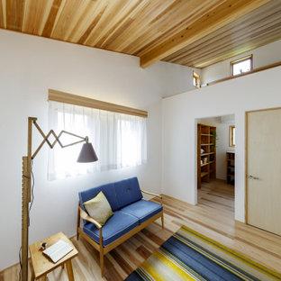 Immagine di una piccola cameretta per bambini da 4 a 10 anni moderna con pareti bianche, pavimento in legno massello medio, pavimento beige e soffitto in legno