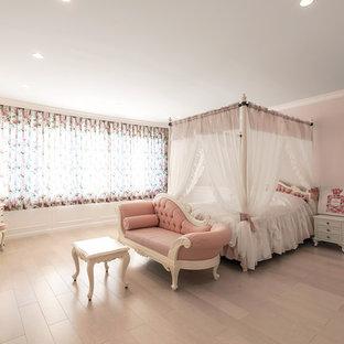 Immagine di una cameretta per bambini vittoriana con pareti rosa, parquet chiaro e pavimento beige