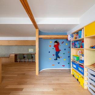Mittelgroßes, Neutrales Skandinavisches Kinderzimmer mit Spielecke, blauer Wandfarbe, Sperrholzboden und beigem Boden in Tokio