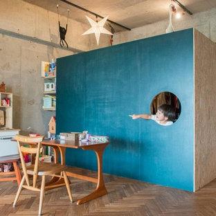 Neutrales Industrial Kinderzimmer mit Spielecke, blauer Wandfarbe und braunem Holzboden in Tokio