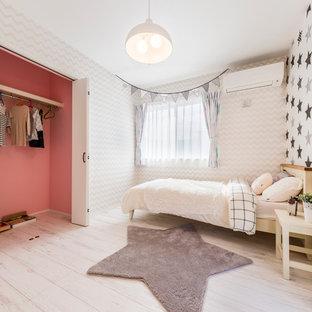 東京都下のコンテンポラリースタイルのおしゃれな子供部屋 (マルチカラーの壁、塗装フローリング、白い床) の写真