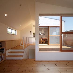 Стильный дизайн: детская среднего размера в восточном стиле с рабочим местом, белыми стенами, паркетным полом среднего тона и бежевым полом - последний тренд
