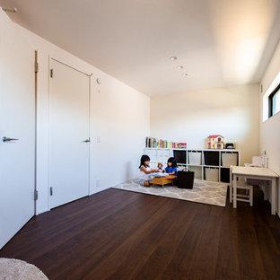 Bild på ett funkis flickrum, med vita väggar och plywoodgolv