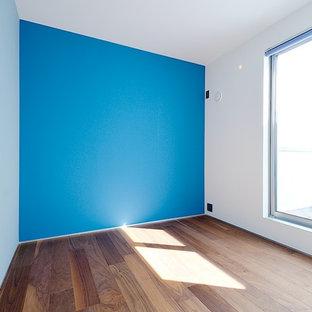 Modelo de dormitorio infantil de 1 a 3 años, moderno, con paredes azules, suelo de madera oscura y suelo beige