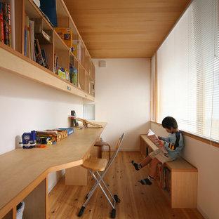 Imagen de dormitorio infantil nórdico, pequeño, con escritorio, paredes blancas y suelo de madera clara