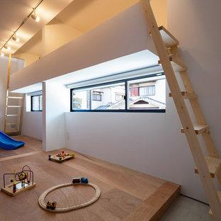 Bild på ett mellanstort skandinaviskt könsneutralt barnrum kombinerat med lekrum och för 4-10-åringar, med vita väggar, plywoodgolv och brunt golv
