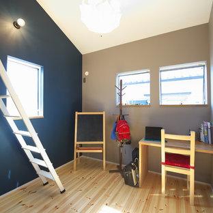大阪の北欧スタイルのおしゃれな子供部屋 (青い壁、淡色無垢フローリング、ベージュの床) の写真