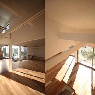 Réalisation d'une chambre d'enfant asiatique de taille moyenne avec un bureau, un mur blanc, un sol en bois clair et un sol beige.