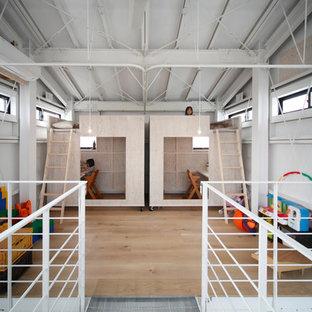 京都の女の子用コンテンポラリースタイルの子供部屋の画像 (白い壁、淡色無垢フローリング、児童向け)